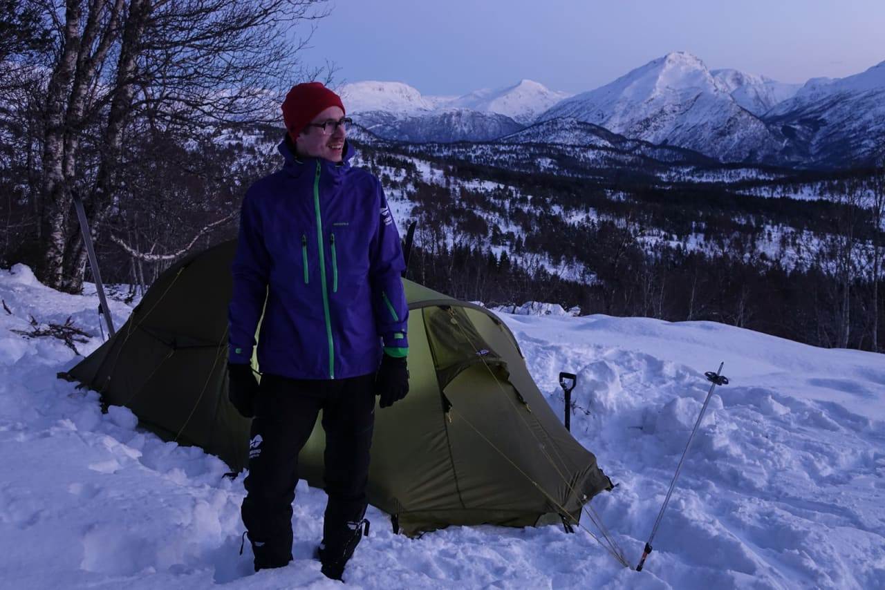 VISER VEI: Lærer på Nordfjord Folkehøgskule Tord Hafnor er programleder for den nye programserien, og i første innslag skal vi lære å finne den optimale leirplass. Bilde: Heidi Kysnes Høyheim