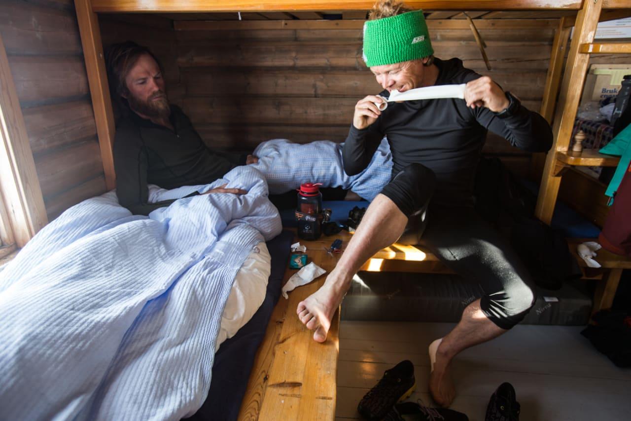 TA DET MED EN GANG: Det er forstatt tre dager igjen av turen over Jotunheimen og frikjører Stian Hagen holder gnagsårene i sjakk ved bruk av Compeed og sportstape. Bilde: Christian Nerdrum