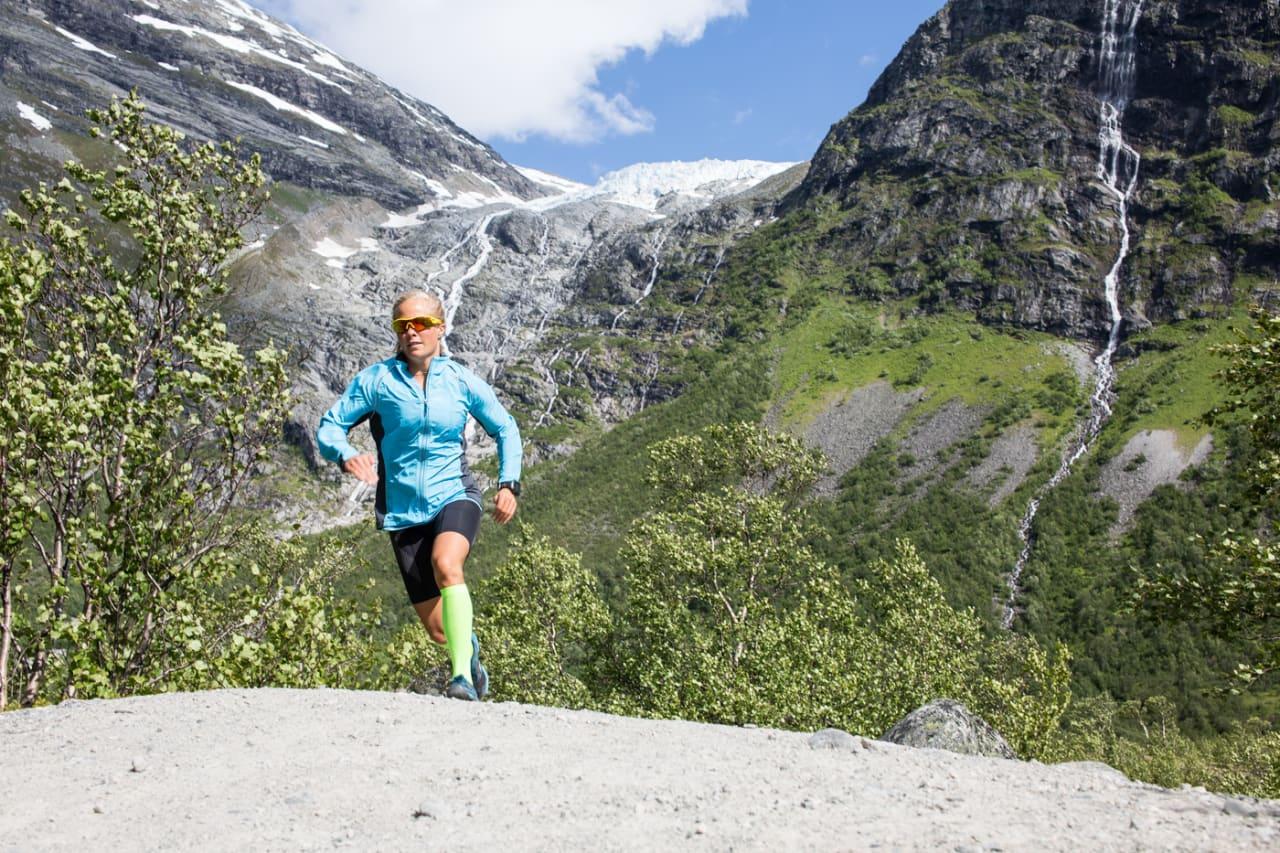 CAND. LØPE: Programleder Malene Haukøy kan mye om hvordan kroppen fungerer under ekstrem og langvarig påkjenning. På Olympiatoppen fyller hun på med ytterligere kunnskap i møte med ernæringsekspert Ina Garthe. Bilde: Christian Nerdrum