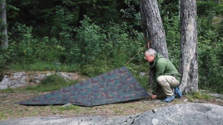 TELT: En av to metoder som gjør tarpen om til et slags telt. Foto: Christian Nerdrum