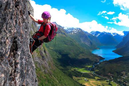 LUFTIG: Lyst på en leken og aktiv sommerferie? Vi har funnet frem 20 gode tips. Her fra Via Ferrata i Loen. Foto: Matti Bernitz Pedersen
