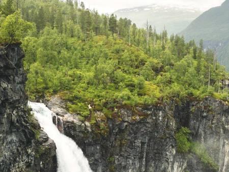 VETTISFOSSEN: Vettisfossen renner ned i Utlaelva, og elva følger du langs på vei oppover fra Hjelle. Foto: Line Hårklau