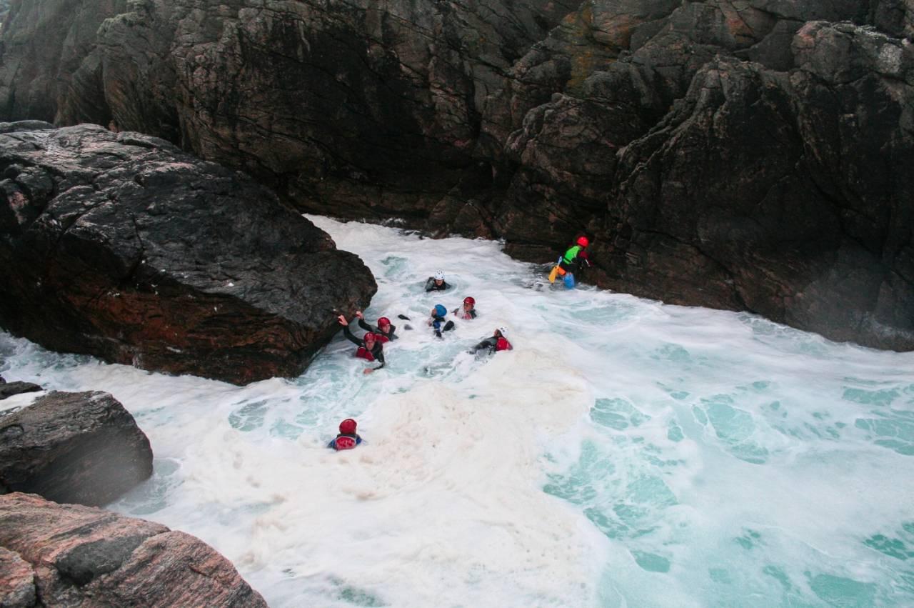 STORE KREFTER: Mennesket blir lite når havet tar tak og viser seg fra sin sterke side. Foto: Kyrre Flotve