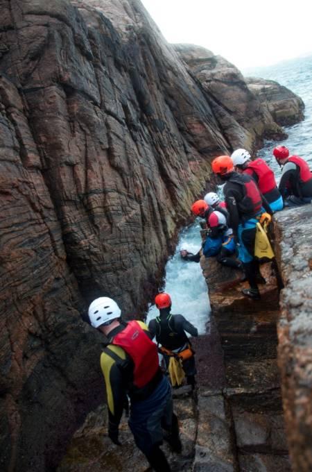 MORO FOR VOKSNE: Coasteering kommer fra Wales, hvor folk drev med klatring og bading side om side, og på et eller annet tidspunkt koblet det sammen.