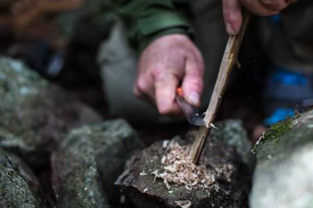 ALTERNATIVT: Opptenningsmassen får offiseren ved å skrape av en granpinne. Foto: Christian Nerdrum