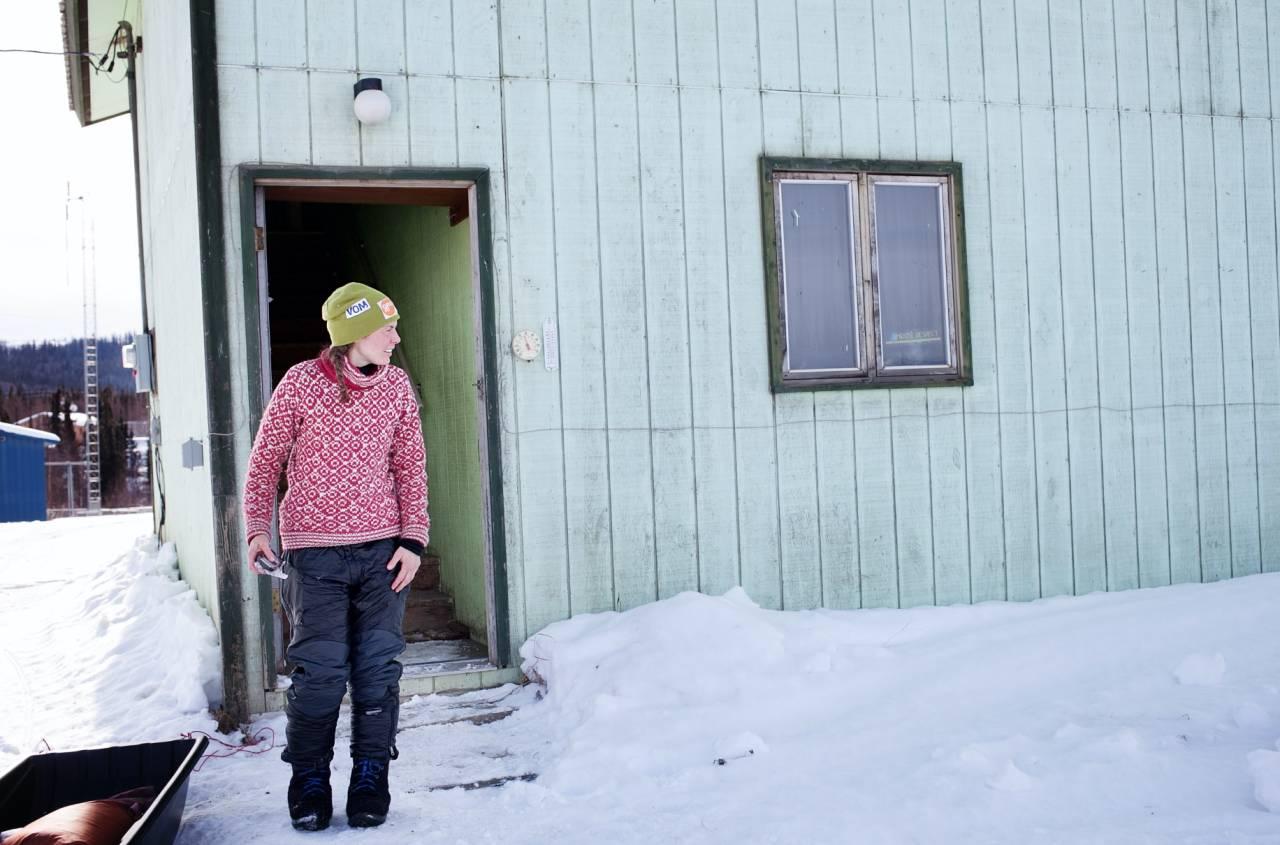 VARMER: Hundekjører Sigrid Ekran er ivrig bruker av ullgensere, her med Devold sin Svalbardgenser. Foto: Kristine Nyborg