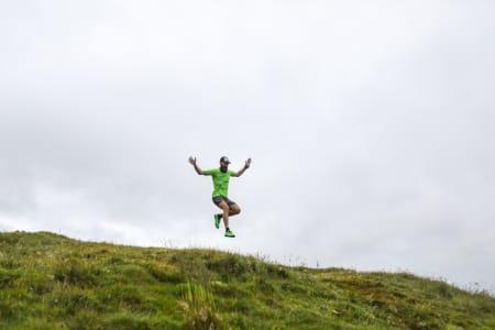 FLYVENDE: Løpeproff Peter Maksimov har tatt turen fra Colorado for å demonstrere løpeglede.