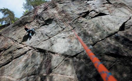 KLATRETAU: Er du sikker på at du skal klatre mye ute, bør tauet være 70 meter langt. Er du helt fersk kan du godt velge et rimelig 60-meterstau. Foto: Dag Hagen