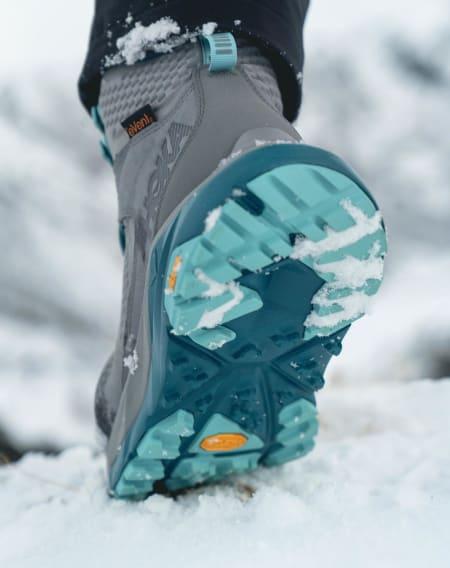 HVA BEHAGER? Nei, det er ikke platåskoene som entrer fjellheimen. Det er Hoka sine nye fjellstøvler, kjent for den maksimalistiske støtdempingen og rullende såle. Foto: Elliei/HokaOneOne