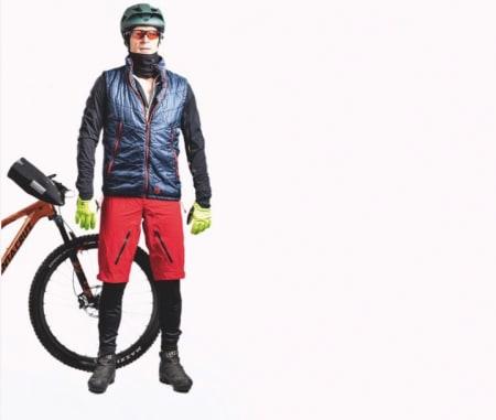 KLEDD FOR VINTERSYKLING: Det skorter ikke på klær og utstyr for å holde hjula i gang, også på vinterstid. Foto: Sjur Melsås