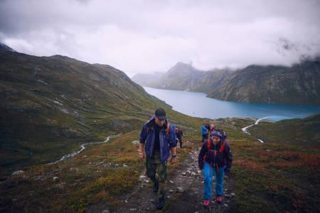 MED HEVET HODE: Hodeplagg mer enn bare mote på fjellet. Bildet er fra fjorårets Fjellfilmfestival på Gjendesheim. Foto: Petter Olsen