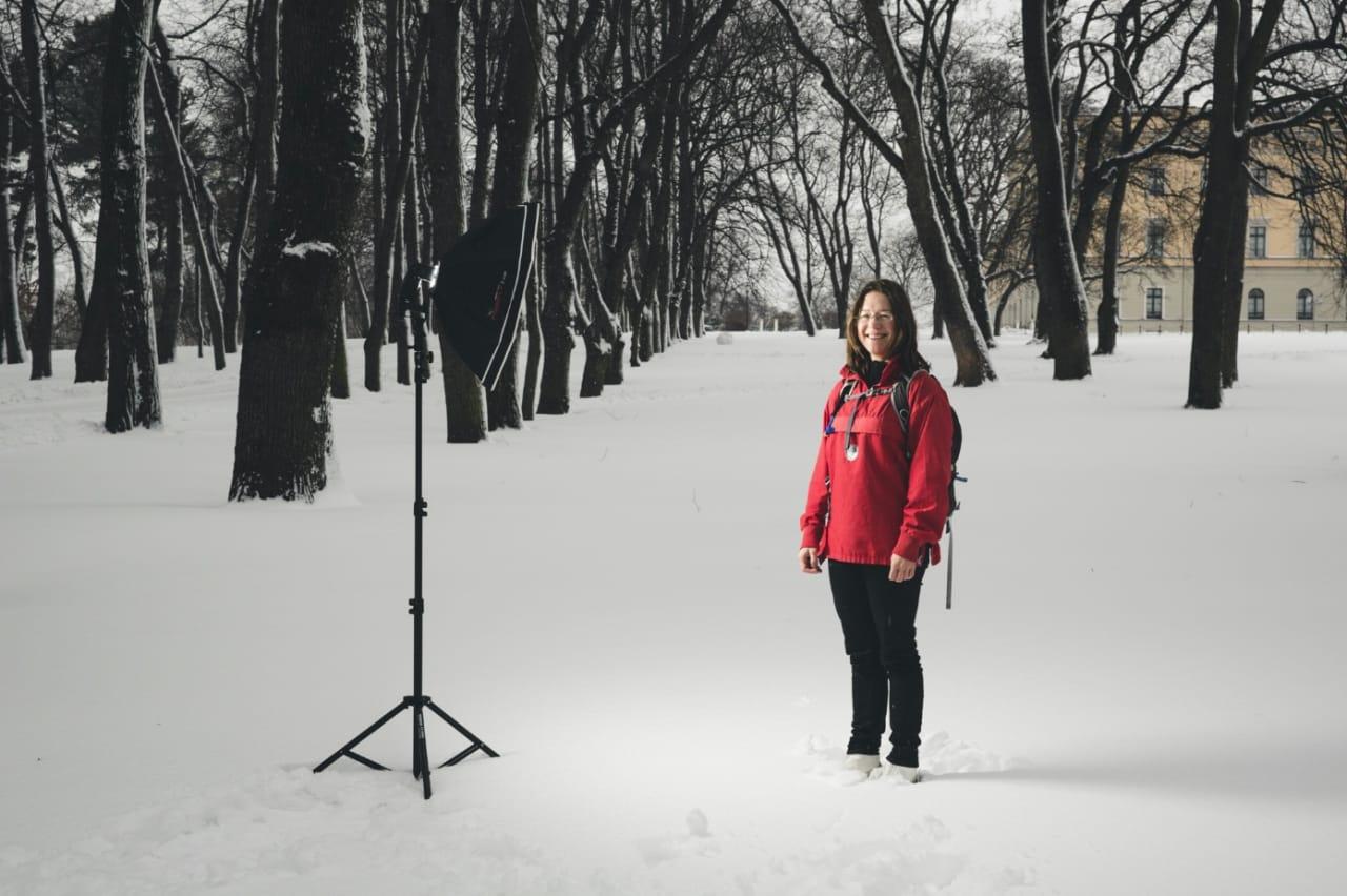 TIDLIG UTE: Anine Kierulf er mest kjent som jurist og fagdirektør ved Norges nasjonale institusjon for menneskerettigheter. På fritiden er hun over gjennomsnittlig glad i skiturer gjennom marka. Glidelåsen på anorakken røk på skitur dagen før dette bildet ble tatt. Det tar hun ikke så tungt, slikt kan fikses. Foto: Line Hårklau UTE101_p072-