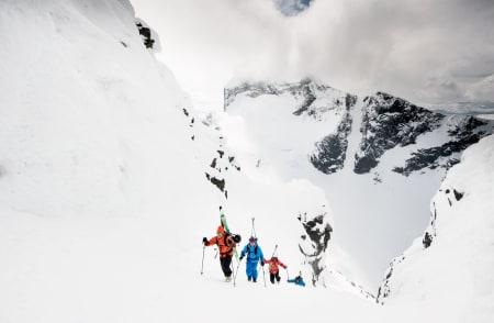 HØYT TIL FJELLS: Erlend Sande har testet ski i over 15 år. Her er han på tur med Espen Sollien, Kristina Slinning og Kevin Luby i Hurrungane. Store Austanbottstid i bakgrunnen. Foto: Sverre Hjørnevik