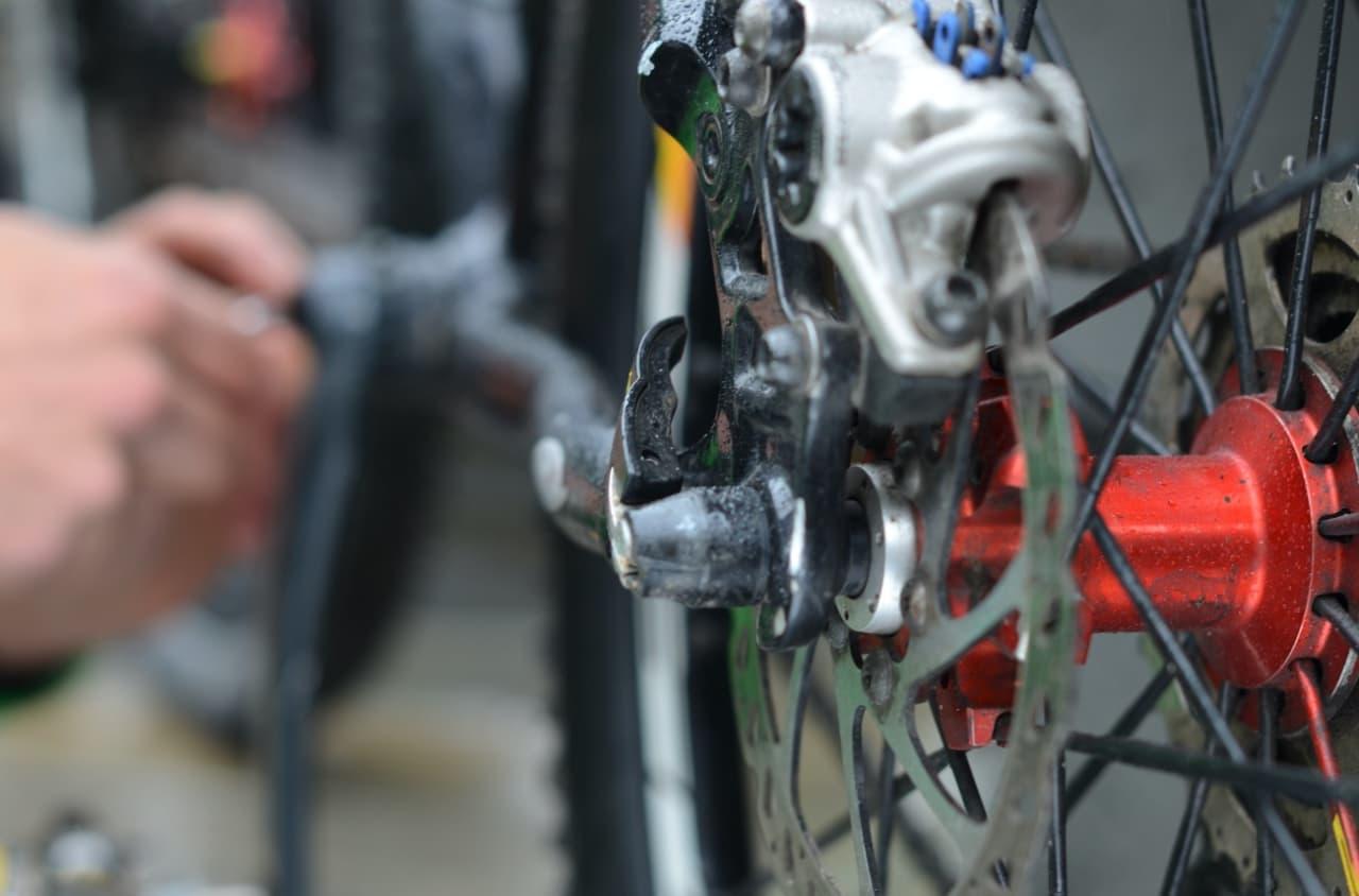 Vedlikehold av en elsykkel skiller seg ikke mye fra en vanlig sykkel utover de elektriske komponentene. Elsykler krever likevel noe stell og vedlikehold for å fungere optimalt.