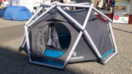Når slår de oppblåsbare teltene gjennom i Norge? Dette stod i alle fall fint mellom messehallene i Sør-Tyskland.