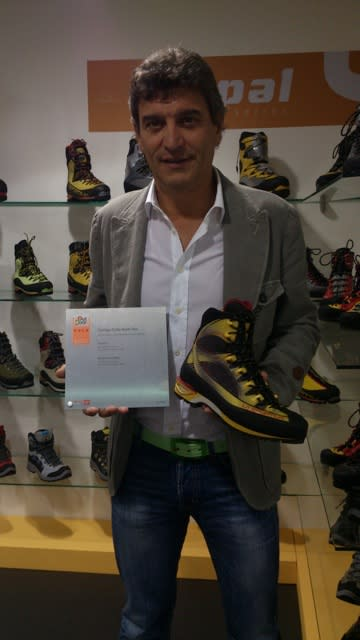 La Sportiva hentet en pris for sin nye tinderanglesko. Her viser sjefen sjøl fram skoen.