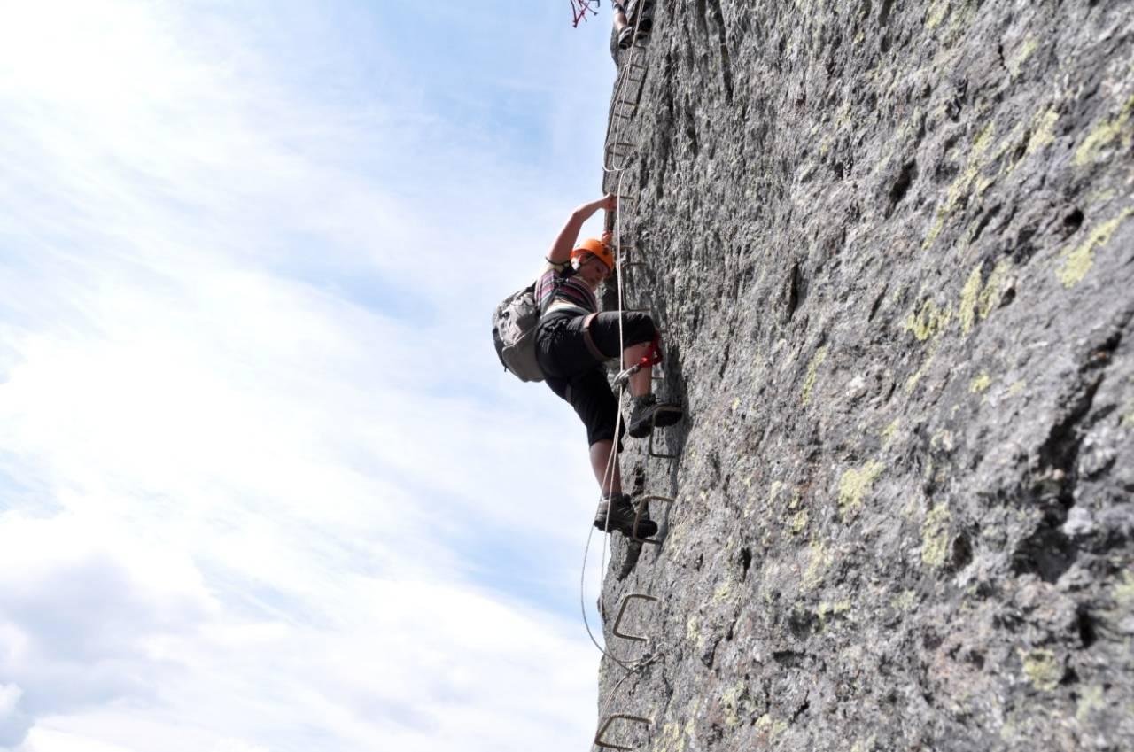 Via ferrata er blitt reiselivets nye yndling, men Norges Klatreforbund mener terskelen til bratte opplevelser er lav nok uten tilrettelegging av denne typen. Foto: Sandra Lappegard