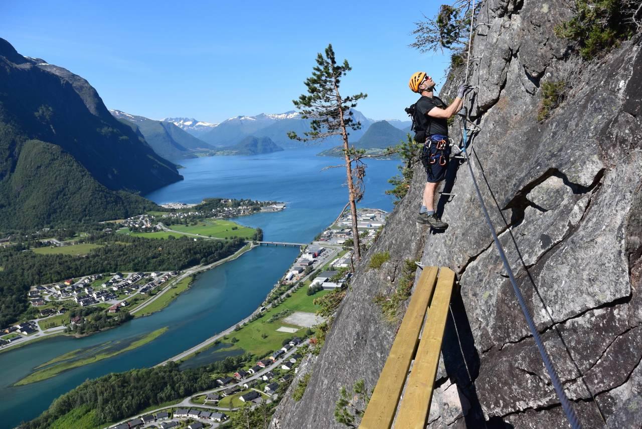 ROMSDALSSTIGEN: Introveggen krever lite forkunnskaper om klatring, med flere hvilebenker underveis og med utsikt til romsdals ikoniske fjellheim Foto: Norsk Tindesenter