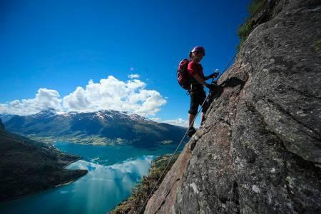 VIA FERRATA: I Loen starter du ved fjorden, og går over 1000 høydemeter opp til Hoven. I fjor sommer ble denne ruta gått av 4000-5000 mennesker, og enda flere besøkende ventes i år. Foto: Matti Bernitz Pedersen.